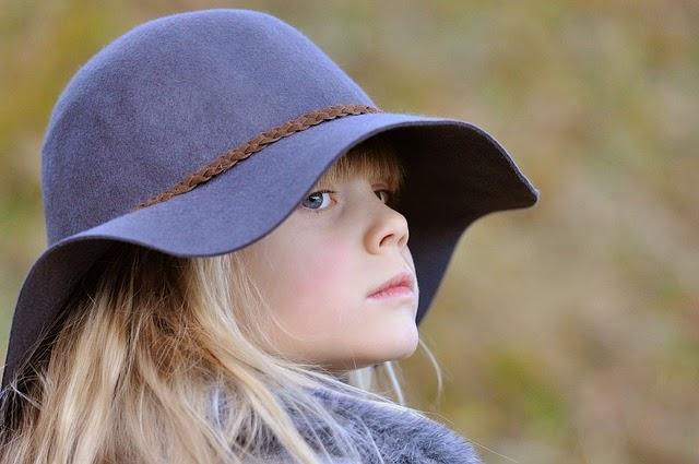 Gambar anak kecil berambut pirang pakai topi