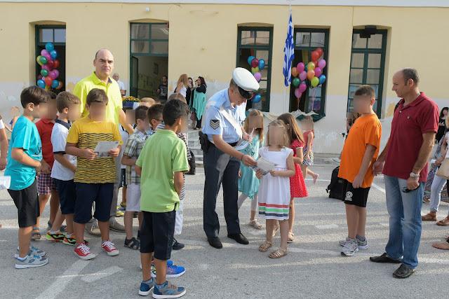 Ενημερωτικά φυλλάδια τροχαίας διανεμήθηκαν σήμερα από τροχονόμους, σε γονείς και μαθητές στην Περιφέρεια Πελοποννήσου