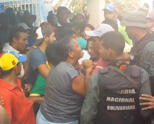 ¡NO AGUANTÓ MÁS! Cansada de esperar su caja, mujer le cayó a golpes a un miembro del Clap (+Video)