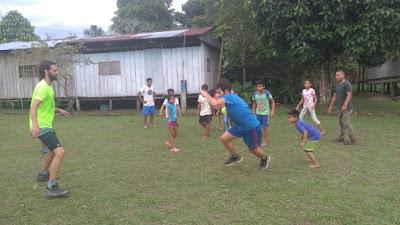 Daniel jugando al fútbol con los niños y niñas del proyecto.
