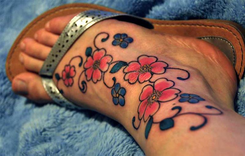 Vemos el tatuaje de flores en el tobillo y pie de una chica