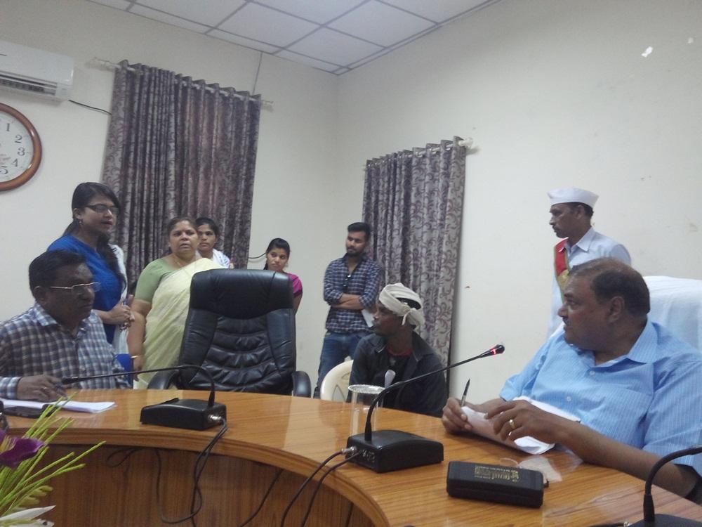 applicants-take-in-Jansunewai-collector-Ashish-Saxena-जनसुनवाई में आवेदक पहुॅचे समस्या लेकर, कलेक्टर आशीष सक्सेना ने लिए आवेदन