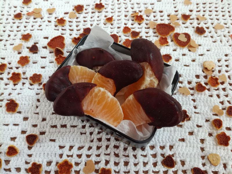 Spicchi di mandarino ricoperti di cioccolato