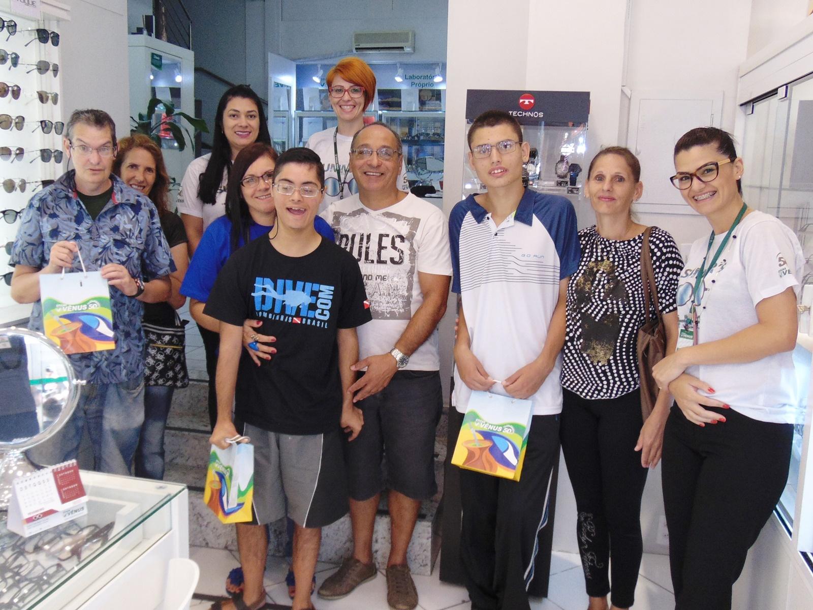 bcd104e164b A doação que ocorreu na loja na Galeria Golden faz parte de um dos projetos  de voluntariado das comemorações de cinquenta anos das Óticas Vênus.