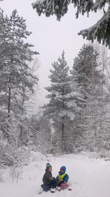 lapset lumen keskellä
