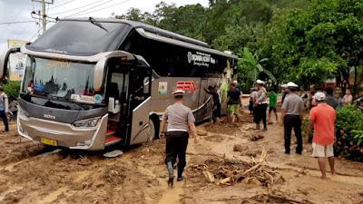 Pasca Banjir Bandang Sedayu dan Way Kerap, Batu dan Tanah Lapisi  Badan Jalan