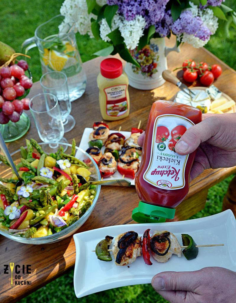 szaszlyki, danie z grilla, przepis na szaszalyki, salatka ze szparagami, salatka na grilla, ketchup, ketchup kielecki, musztarda, musztardz kielecka, jak zrobic szaszlyki, majowka, przyjecie w ogrodzie, zycie od kuchni