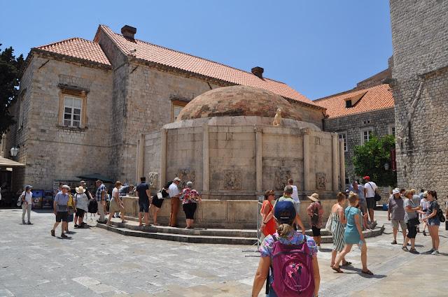 Fuente de Onofrío, junto a la entrada a la muralla