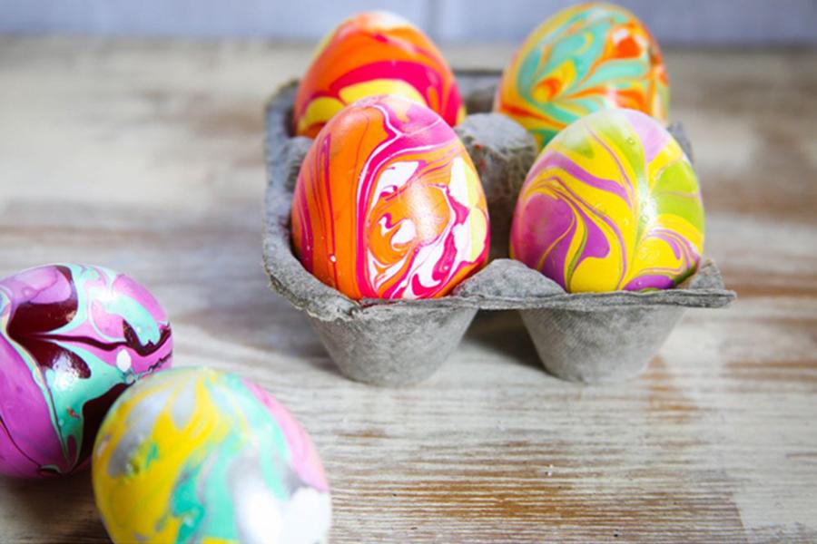 DIY huevos de pascua con pintauñas
