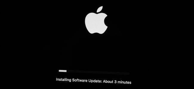 جهاز Mac يقوم بتثبيت تحديث لنظام التشغيل.