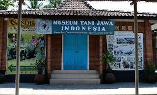 http://www.teluklove.com/2017/05/destinasti-objek-wisata-museum-tani.html