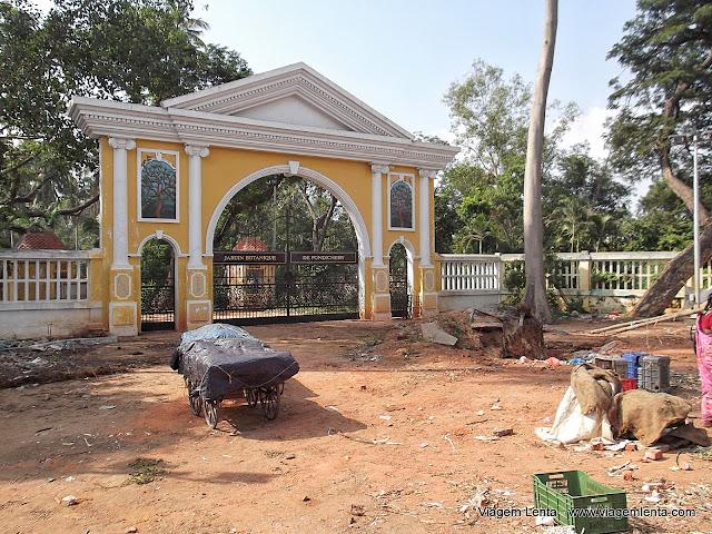 """A entrada do """"Jardim Botânico"""" de Pondcherry"""