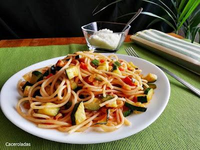 Espaguetis con verduras salteadas