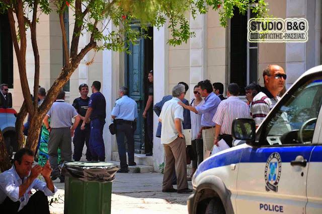 Κυνηγητό Ρομά με καδρόνια έξω από τα δικαστήρια Ναυπλίου
