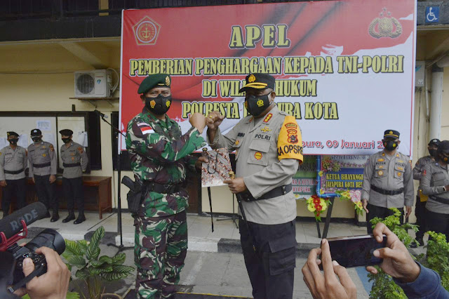 Kapolres Jayapura memberi penghargaan kepada prajurit Yonif 413 Bremoro