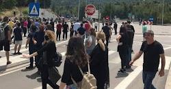 Σοβαρά επεισόδια ξέσπασαν πριν από λίγο, στον παράδρομο  της Εθνικής Οδού Αθηνών - Λαμίας, στο ύψος του hotspot στη Μαλακάσα, ανάμεσα στην Ε...
