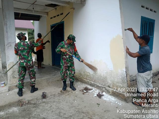 Dorong Kembali Jiwa Gotong Royong, Personel Jajaran Kodim 0208/Asahan Ajak Perangkat Desa Dan Warga Laksanakan Mengecat Kantor Desa