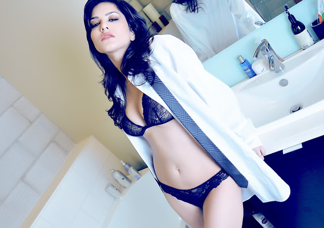 Sunny-Leone-nude-bathroom-boobs-bikini