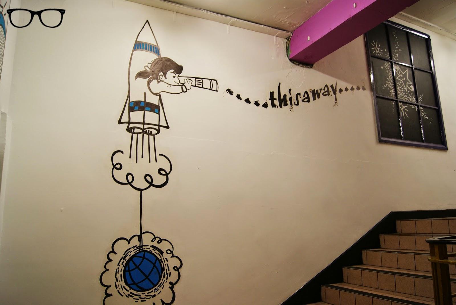 Dibujo en la escalera del Afflecks