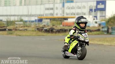 Μοτοσικλετιστής… ετών δυο!