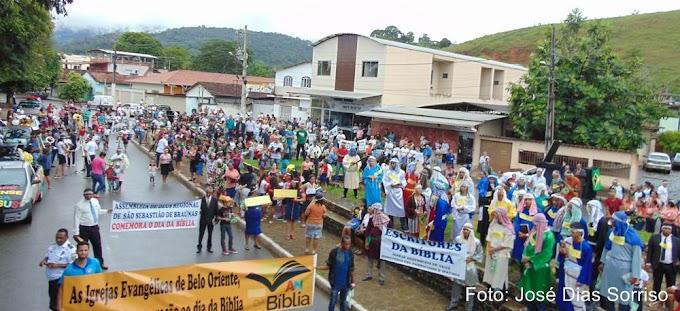 Em Belo Oriente, mesmo debaixo de muita chuva e com presença maciça de público, foi realizado o Desfile do Dia da Bíblia