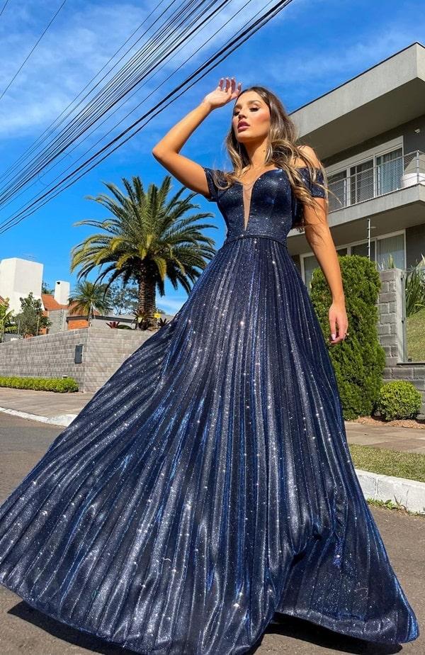 vestido longo azul marinho com brilho no tecido do vestido