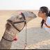 بالصور.. كورتني كارداشيان تقبّل الجمل في مصر
