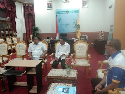 Wali Kota Adam Rahayaan S.Ag., M.Si bersama Wakil Wali Kota Usman Tamnge saat menerima Pimpinan Bank Maluku Maluku Utara Cabang Tual Janes Mailoa di Ruang Kerjanya, Rabu (06/05/2020)