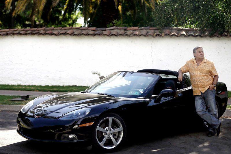 Ernesto Belloni es quisquilloso con su Corvette negro