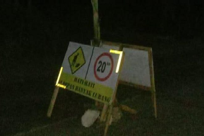 Lubang Galian Aspal Jadi Biang Kecelakaan, Warga Barebbo Protes