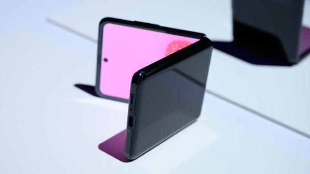 Samsung Galaxy Z Flip على وضعه على جانبه