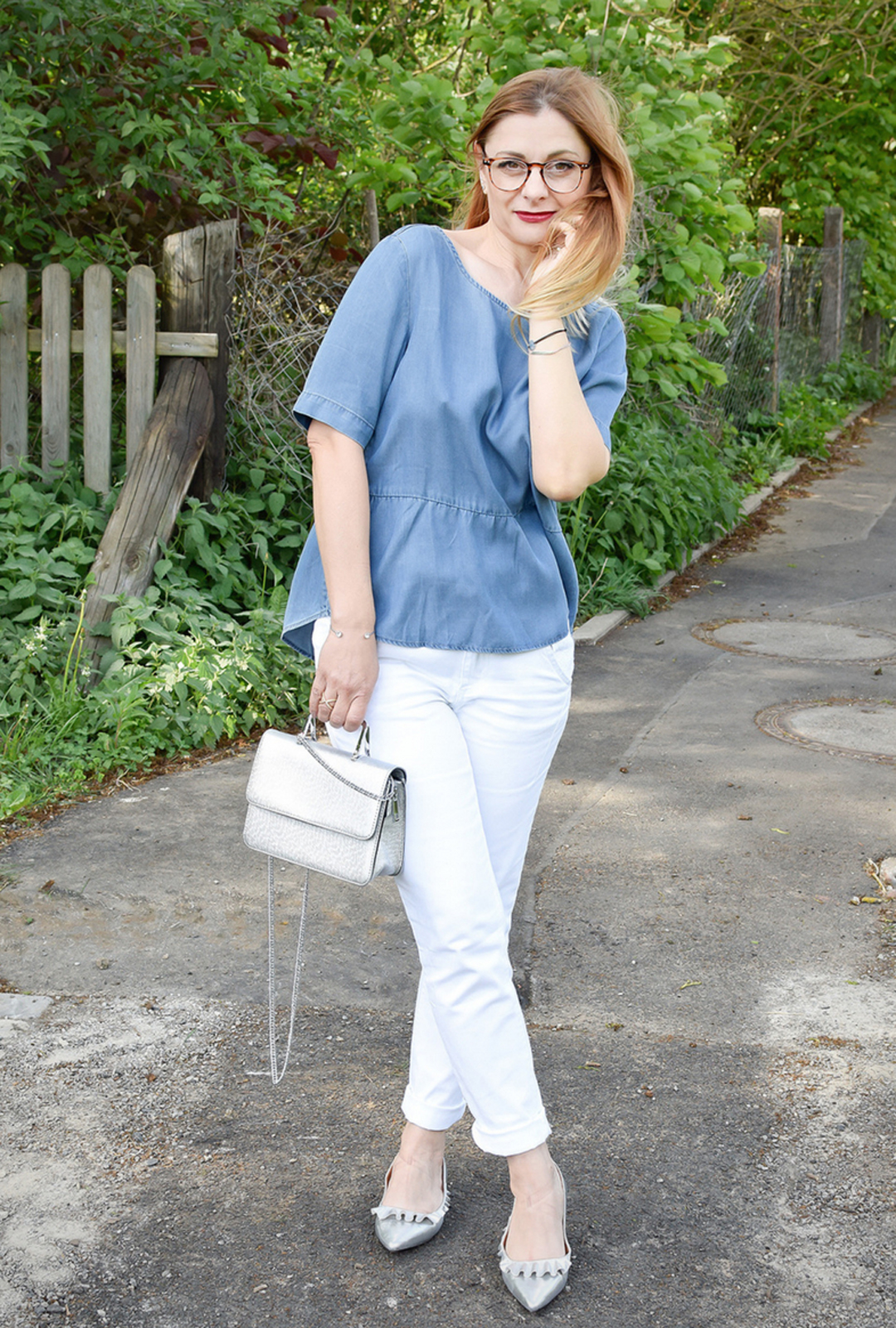 weiße 7/8 Jeans, hellblaue Jeans Bluse mit Volants aus der Tchibo Mode Kollektion Luftig und leger