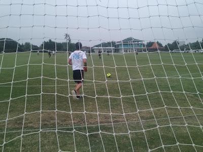 Siswa YIS, sedang melakukan pertandingan persahabatan dengan tim SSB Real Madrid Yogyakarta