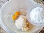 preparare reteta tiramisu cu lamaie - mascarpone in vas cu zahar pudra si galbenusuri