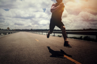 homem jovem esportista correndo na estrada