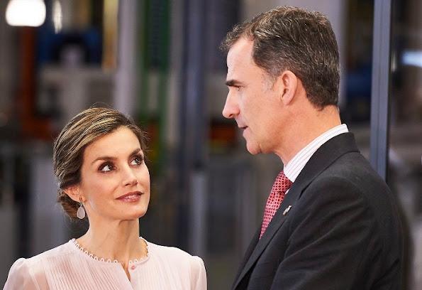 Queen Letizia of Spain visited Navarra, Letizia wure Hugo skirt, Magrit shoes, Tous Jewelery earrings