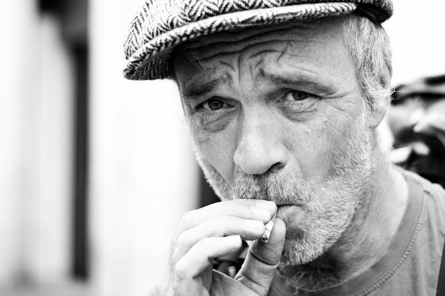 Hombre fumando un pitillo