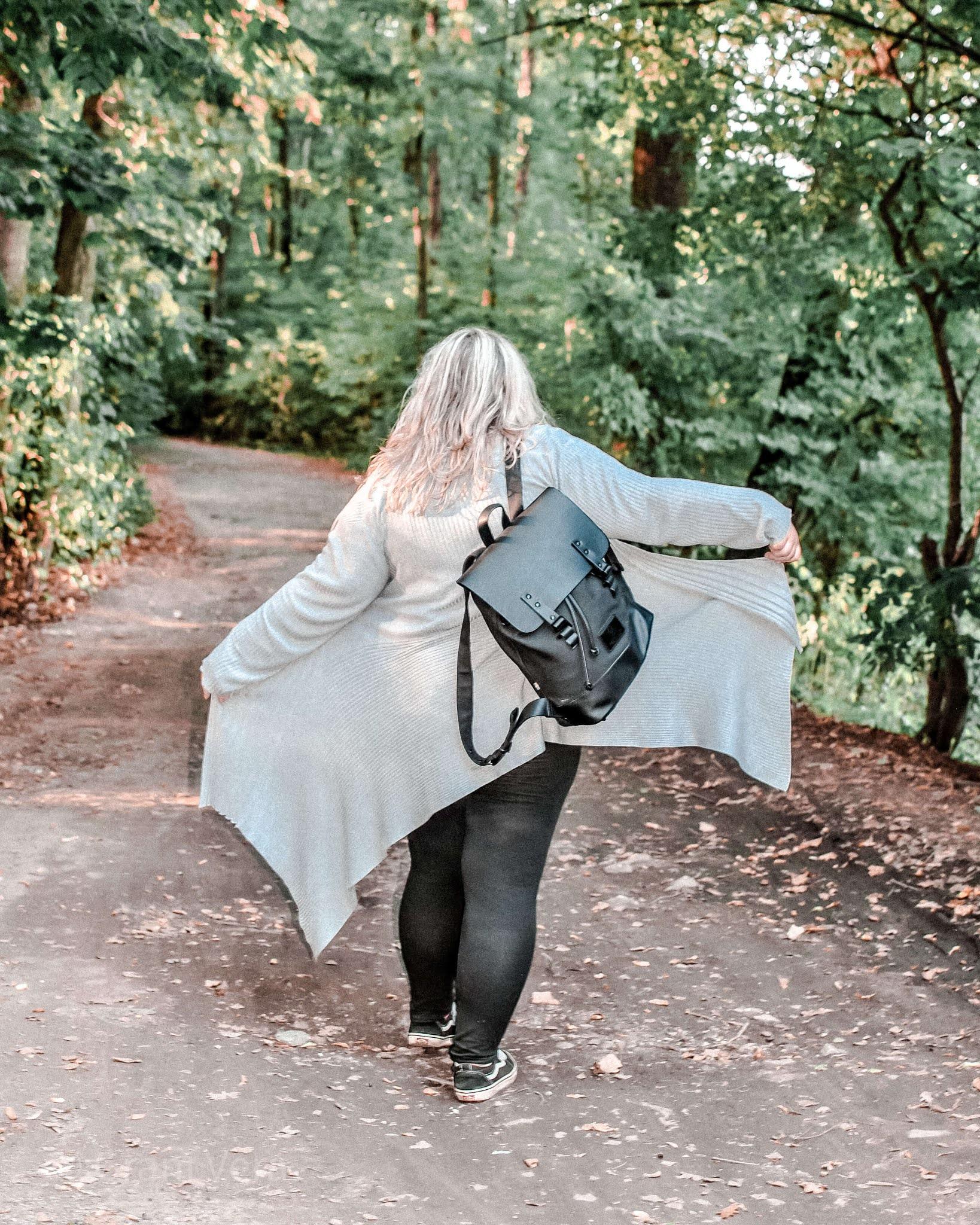kobieta-na-spacerze-z-plecakiem-na plecach-w-lesie
