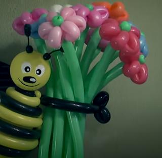 Große farbenfrohe Biene an einem Blumenstrass als Ballonmodellage.