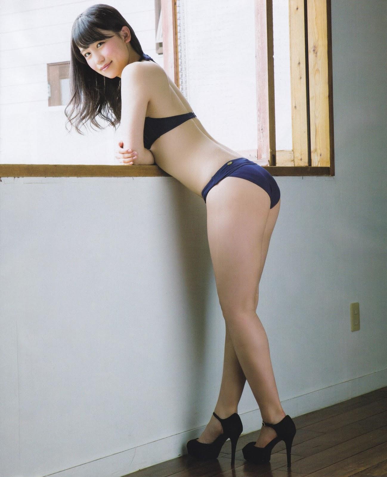 横から見た水着姿の小嶋真子さん