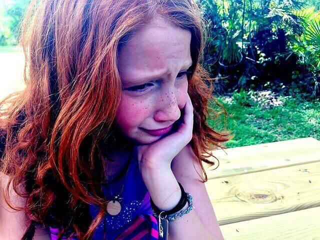 niña llorando, deprimida