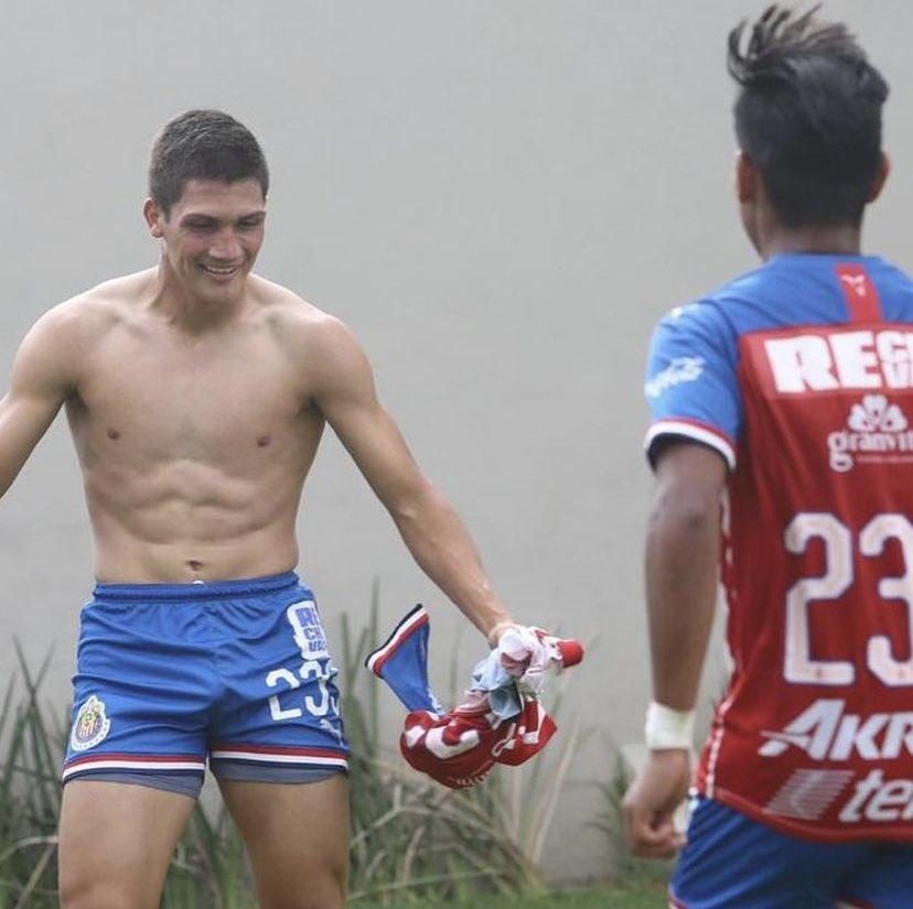 futbolista sin camisa