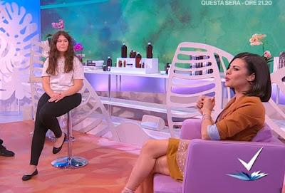 Bianca Guaccero seduta sulla poltrona gambe detto fatto 6 aprile