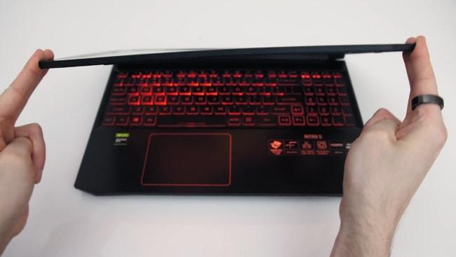 The AN515 Acer Nitro 5's screen has little more flex.