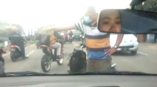 Geger Pria Gresik Emosi Bawa Paving Kejar Pengendara Mobil di Jalan Raya