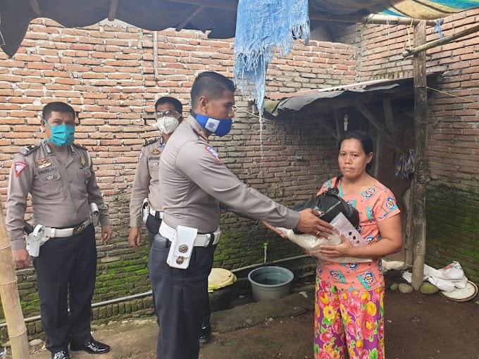 Kasat Lantas Polres Gowa Bagikan Paket Sembako di Taipakodong