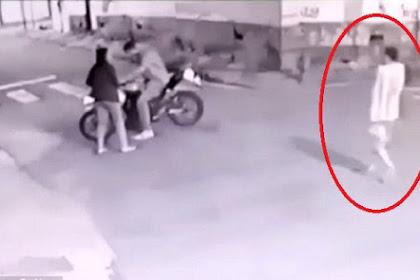 Seorang Pria Merampok Polisi yang Sedang Tidak Bertugas