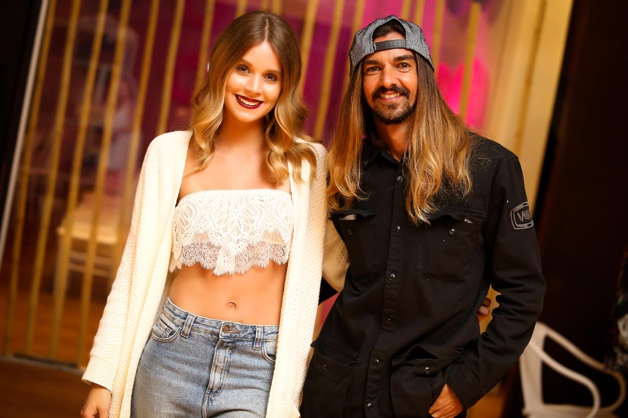 5e86e5f9660c1 O cantor Armandinho, 47 anos, conseguiu uma brecha na agenda de shows para  prestigiar a namorada, a modelo Carla Nicolait, 21 anos, no Balneário  Fashion ...