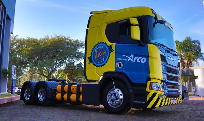 Scania entrega primeiro caminhão movido a gás da região Sul do Brasil