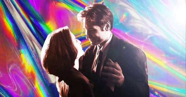 Fox Mulder e Dana Scully di X-Files ballano davanti a uno sfondo anni '90
